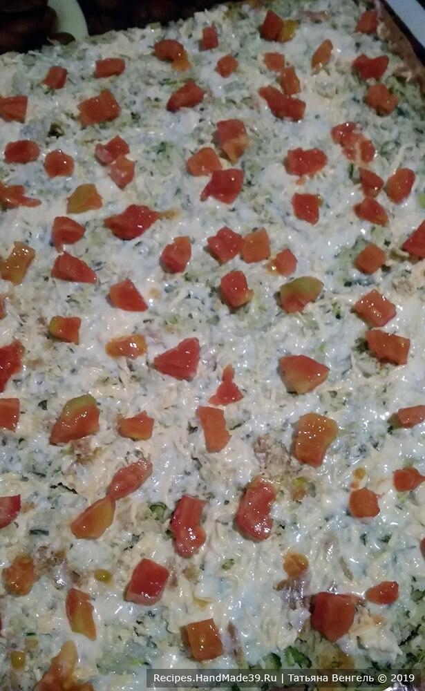 Приготовление рулета: на остывший корж нанести сметанный соус, распределить равномерно порезанные помидоры