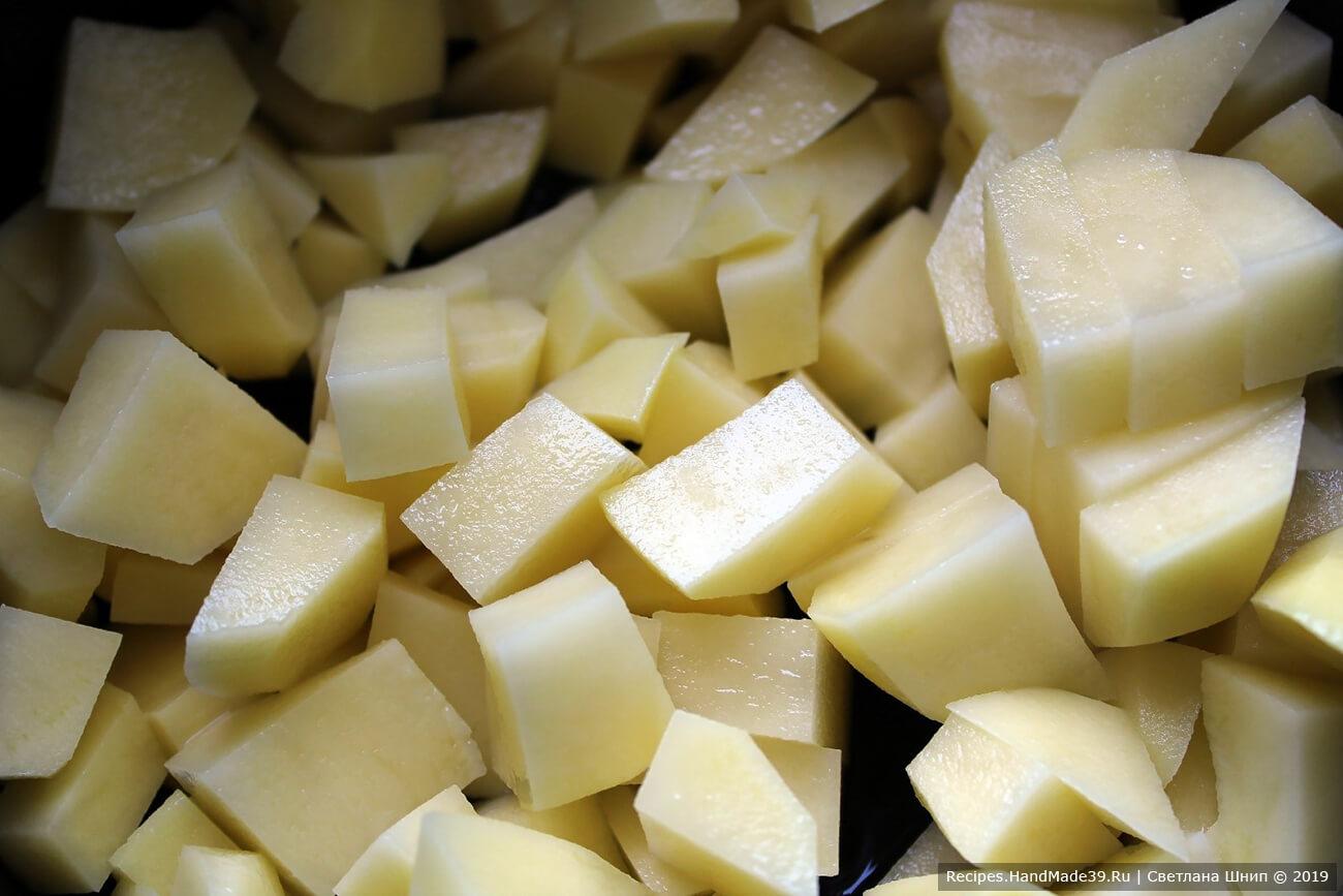 Картофель вымыть, очистить, нарезать небольшими кубиками