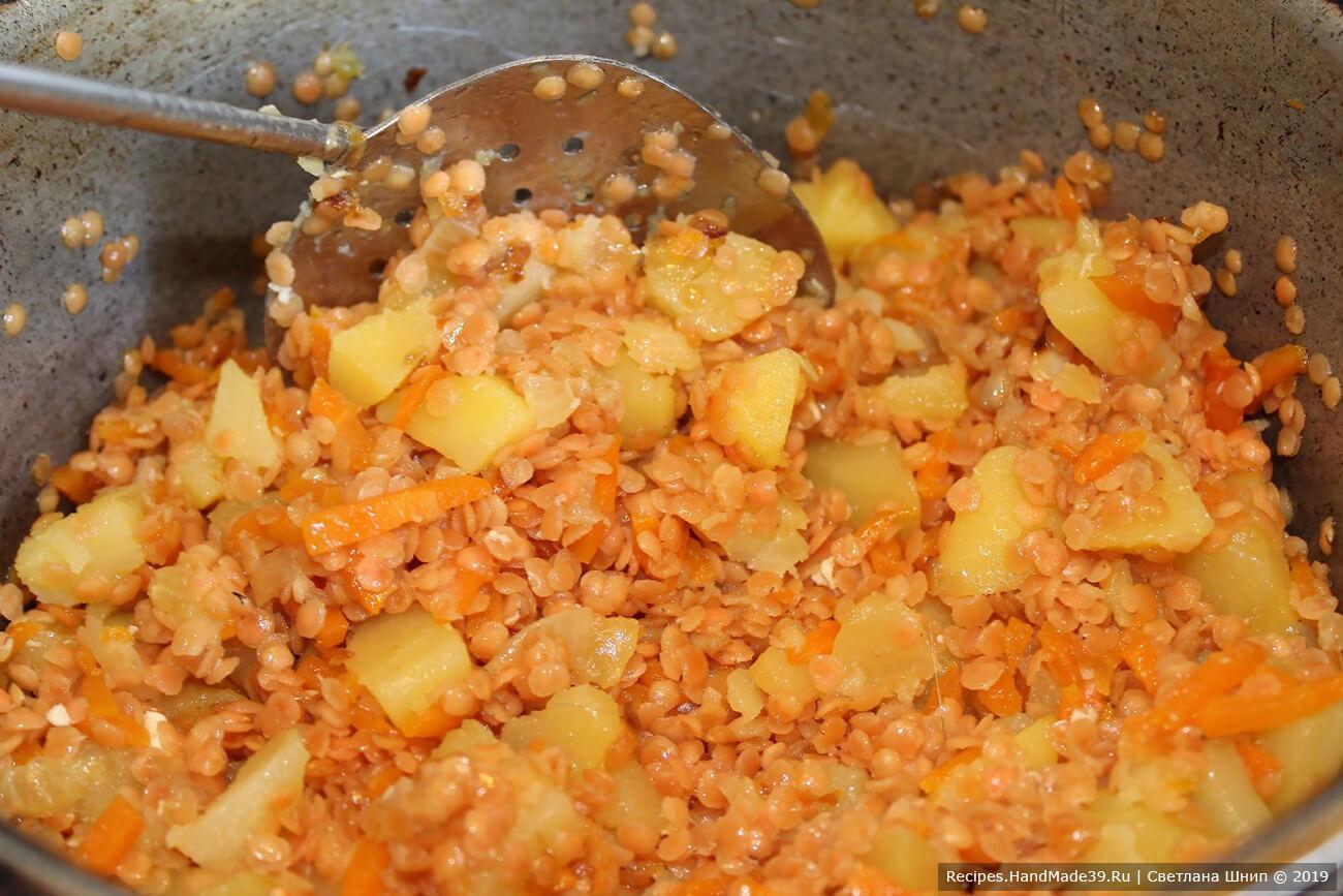 Добавить картофель и чечевицу к обжаренным овощам