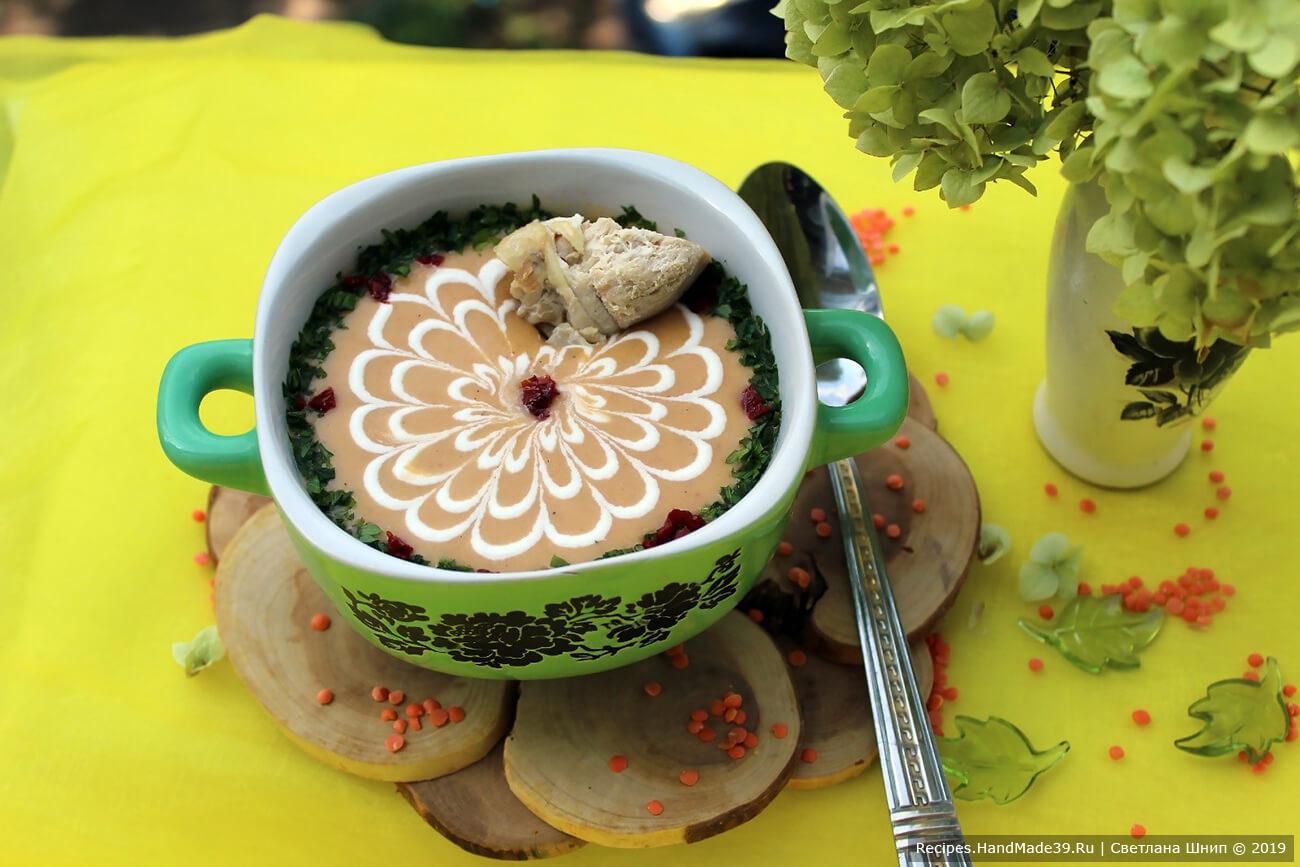 Подавать крем-суп с сухариками и зеленью. Приятного аппетита!