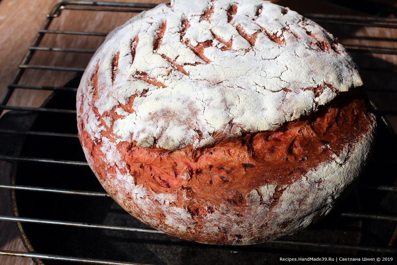 Свекольный хлеб выпекать в духовке при температуре 200 °C. Приятного аппетита!