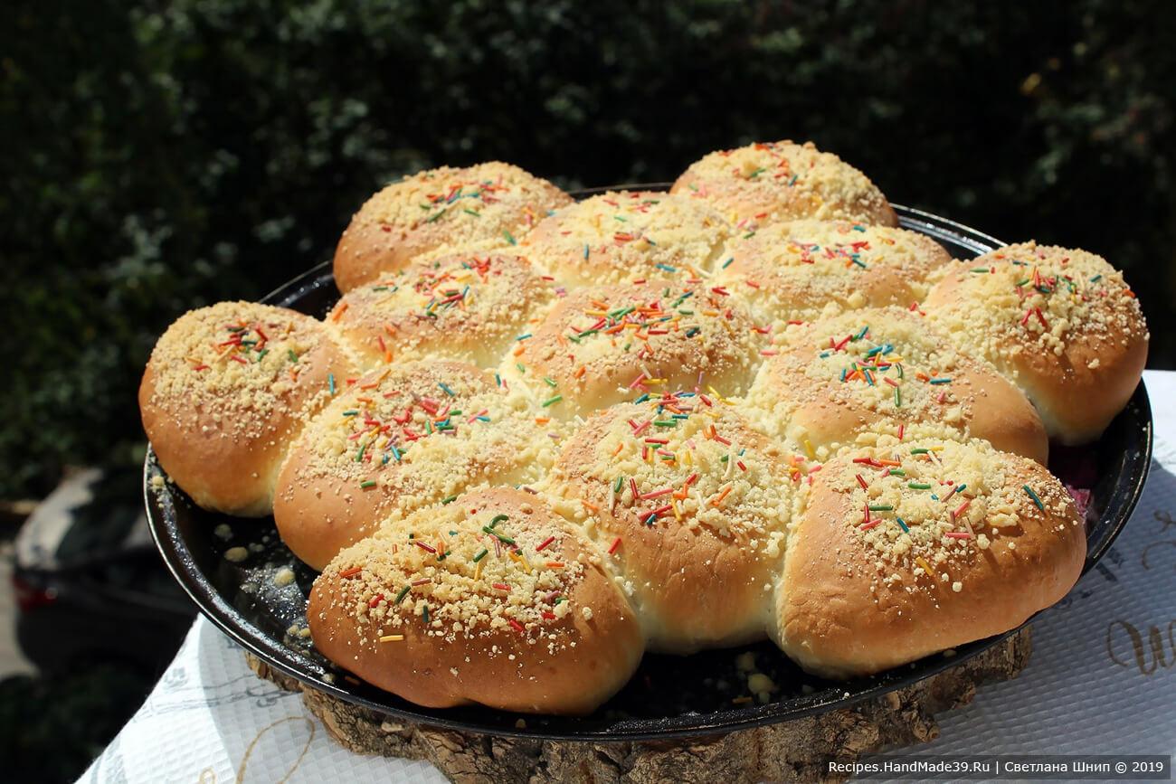 Выпекать булочки около 45 минут в духовке, разогретой до температуры 180 °C. Готовые булочки накрыть салфеткой и оставить до полного остывания. Приятного аппетита!