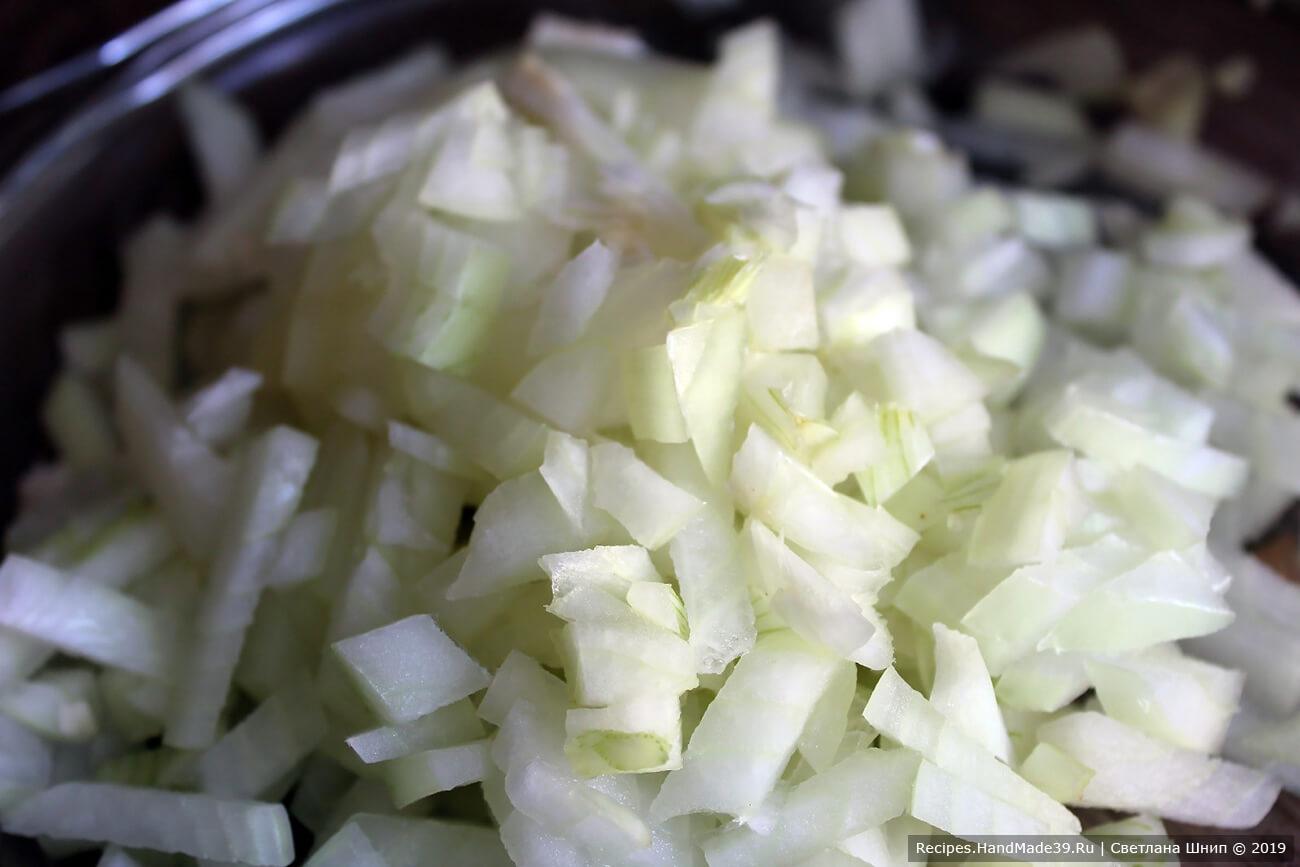 Подготовка ингредиентов: репчатый лук очистить, мелко нарезать