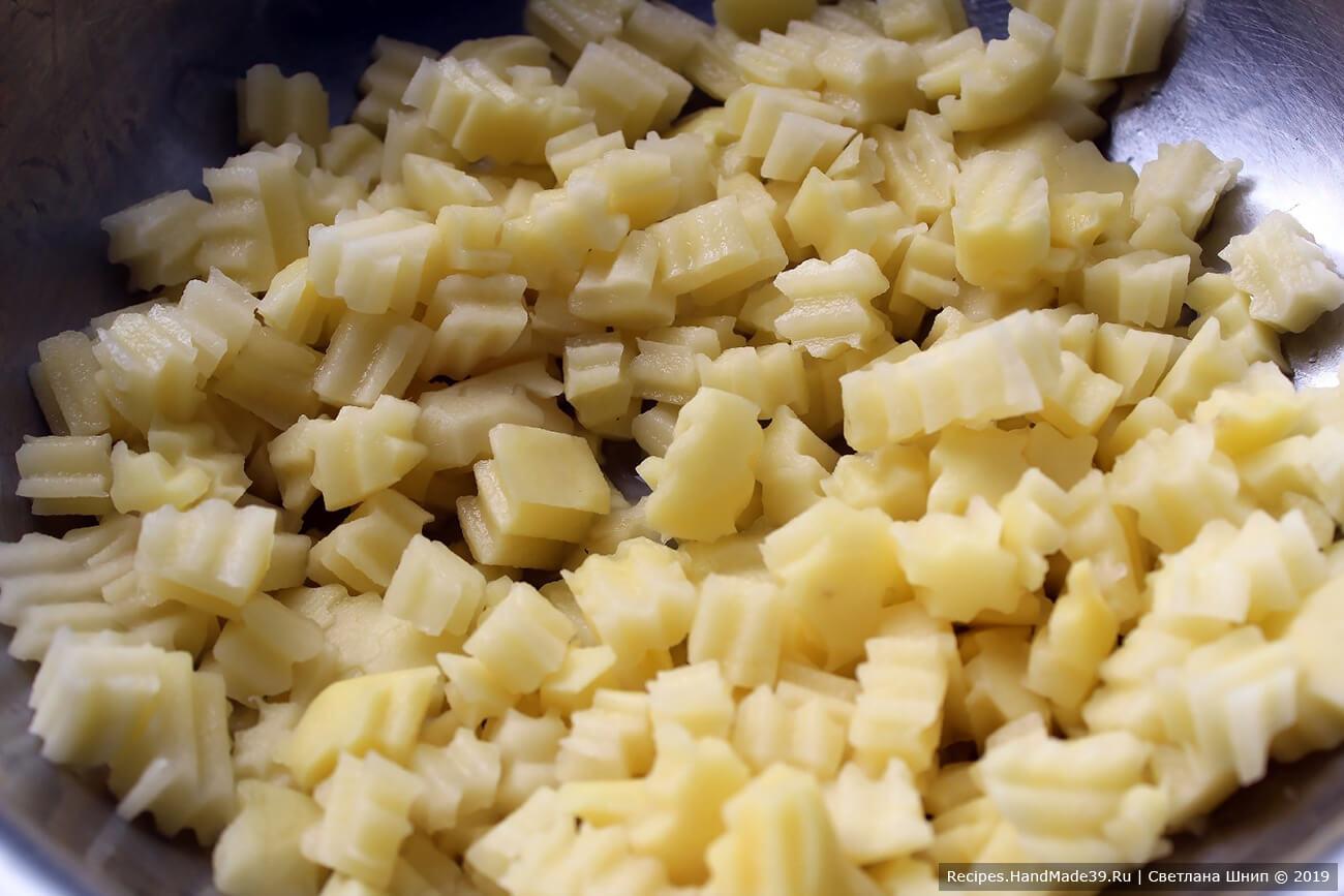 Картофель вымыть, очистить, нарезать кубиками