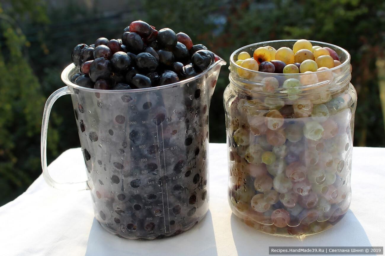 Виноград промыть в проточной воде. Удалить веточки, сухие, недозрелые, подгнившие ягоды. Ещё раз промыть. Дать воде стечь