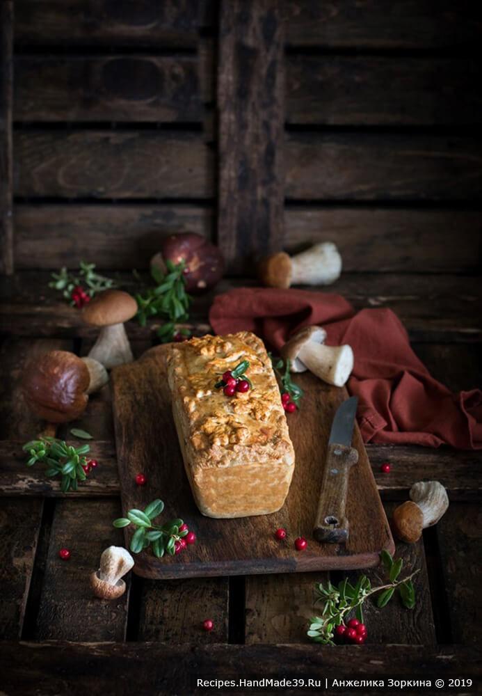 Остудить полчаса пирог в форме, затем на решетке. Пирог из паштета с грибами подавать с гренками или хлебом, приятного аппетита!