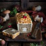 Печёночный паштет с белыми грибами, запечённый в слоёном тесте