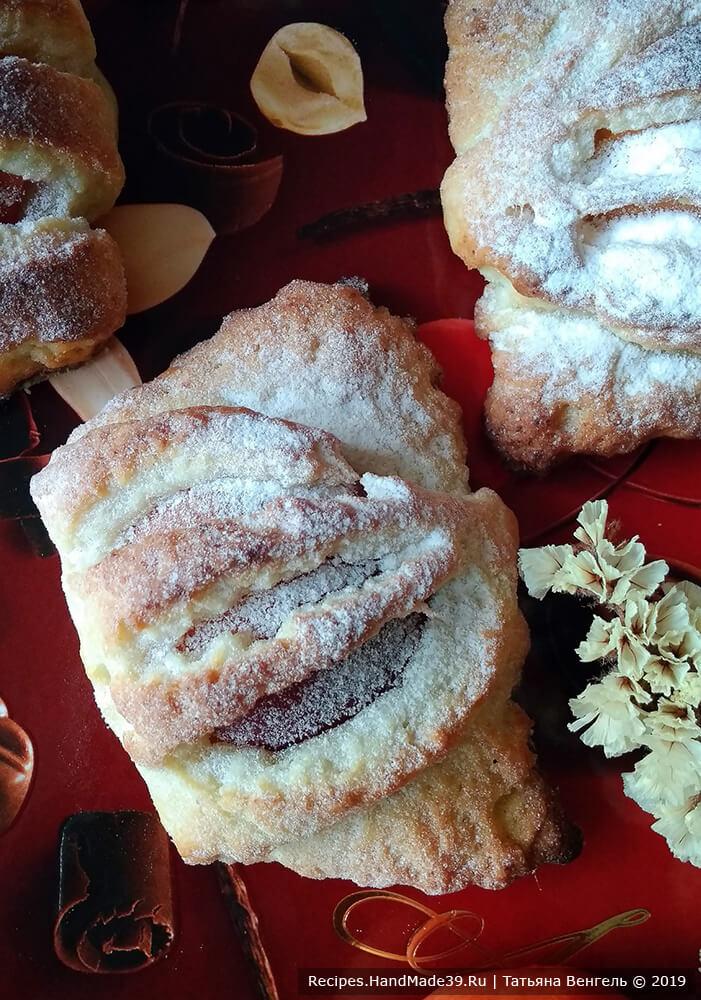 Готовые пирожки остудить и посыпать пудрой, приятного аппетита!