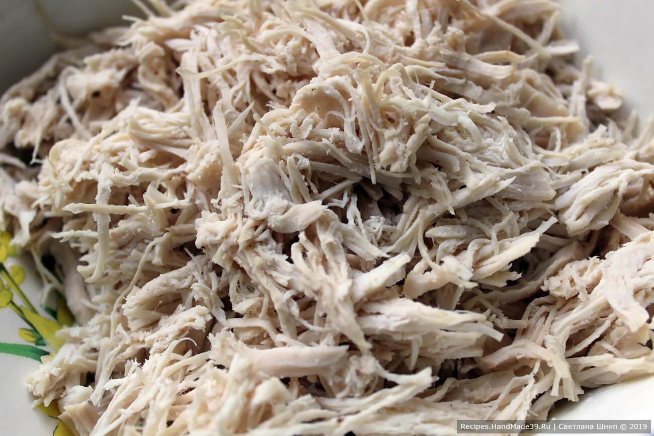 Куриное филе отварить до готовности, разобрать на волокна
