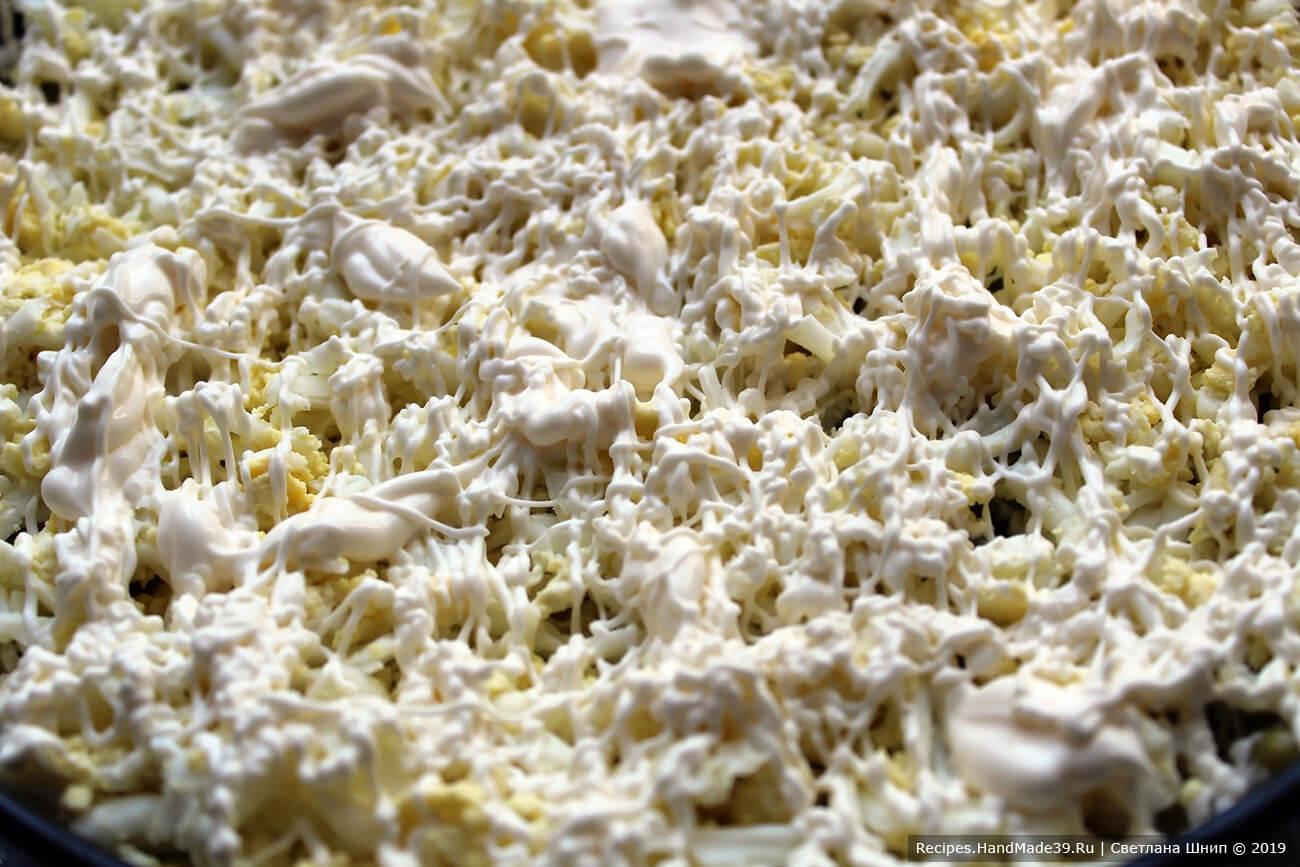 Шестой слой – яйца + тонкая «сетка» майонеза или сметаны