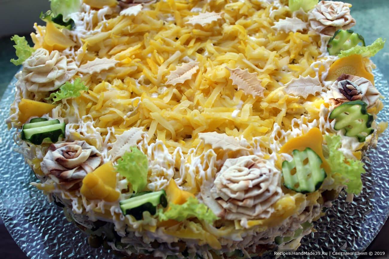 Можете украсить ваш многослойный салат с маринованными патиссонами и курицей «розочками» и «листочками» из тонкого лаваша. Приятного аппетита!