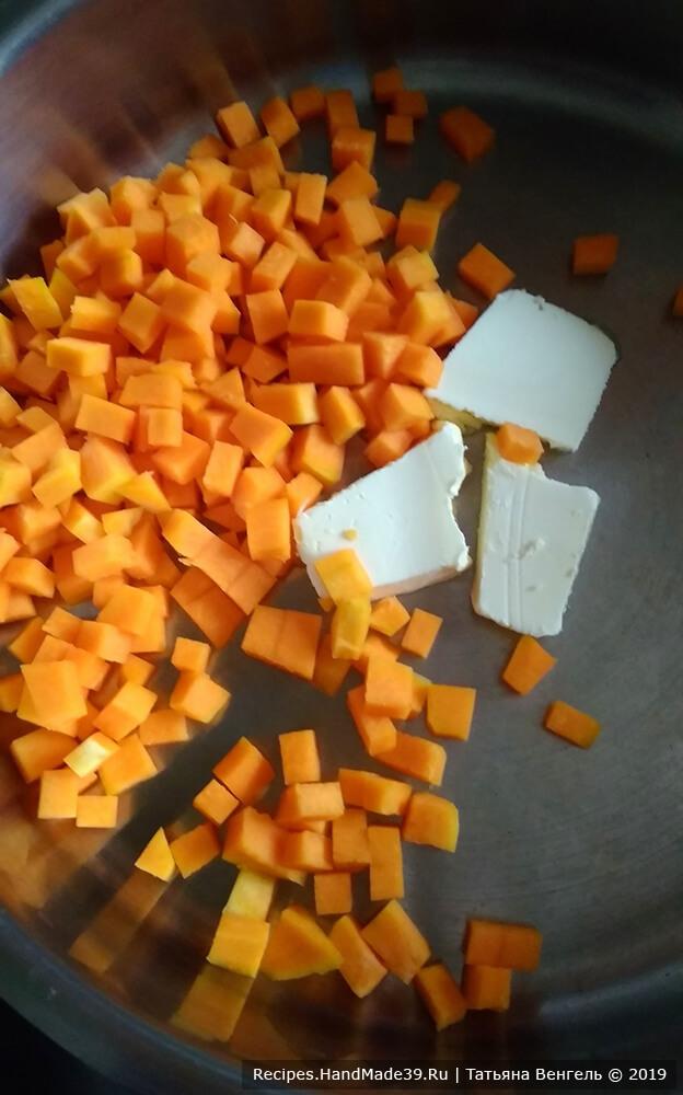 Приготовление тыквенно-яблочной начинки для сдобных булочек: нарезать тыкву кубиками, положить в сковородку со сливочным маслом. Перемешивая, протушить 5 минут