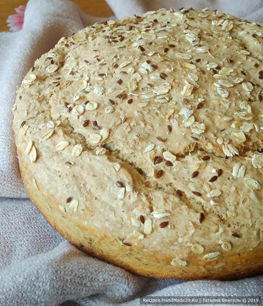 Финский овсяный хлеб без замеса выпекать около 50 минут в духовке, предварительно разогретой до температуры 180 °C