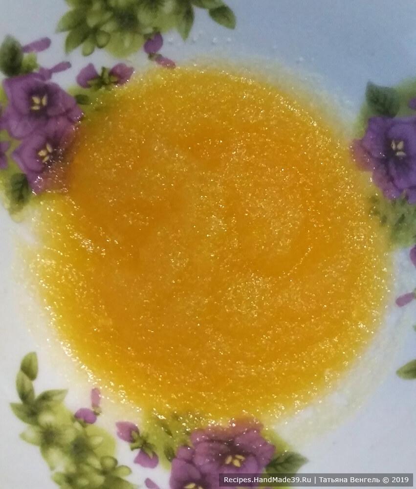 Для приготовления маршмеллоу желатин залить соком, выжатым из апельсина (60 мл), дать набухнуть
