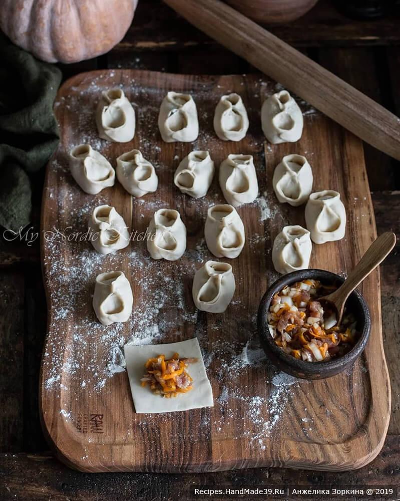 Приготовление начинки для мантов: нарезать тесто на квадратики размером примерно с ладонь. B центр квадратика положить начинку