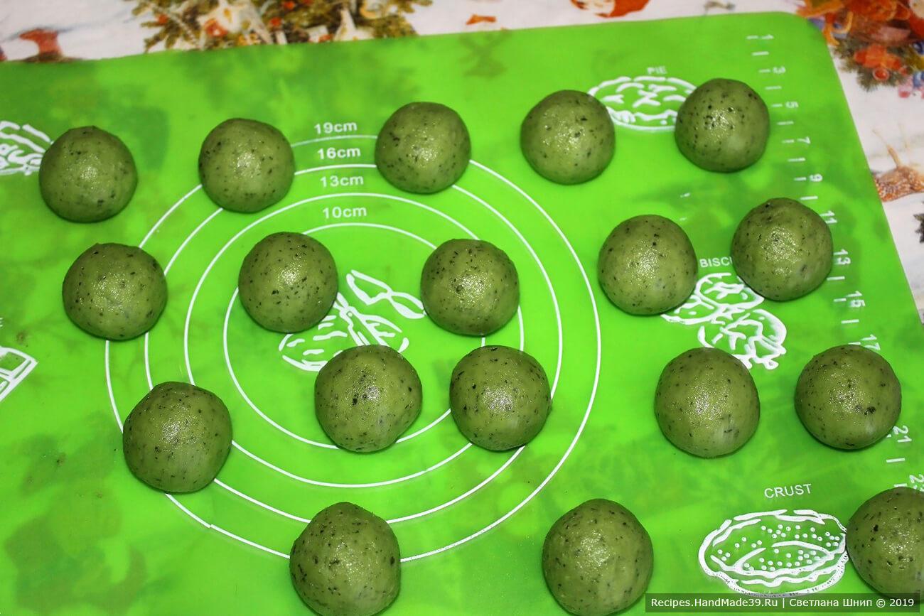 Достать тесто, отщипывать кусочки размером с грецкий орех