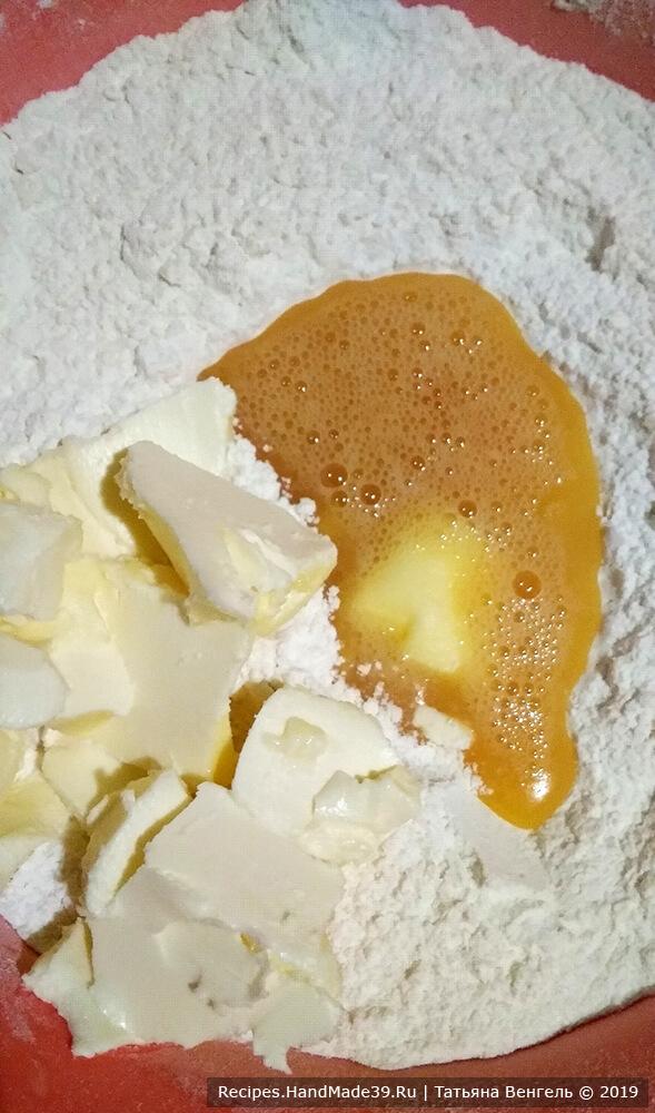 В муку влить яйца и положить половину сливочного масла комнатной температуры, хорошо перемешать