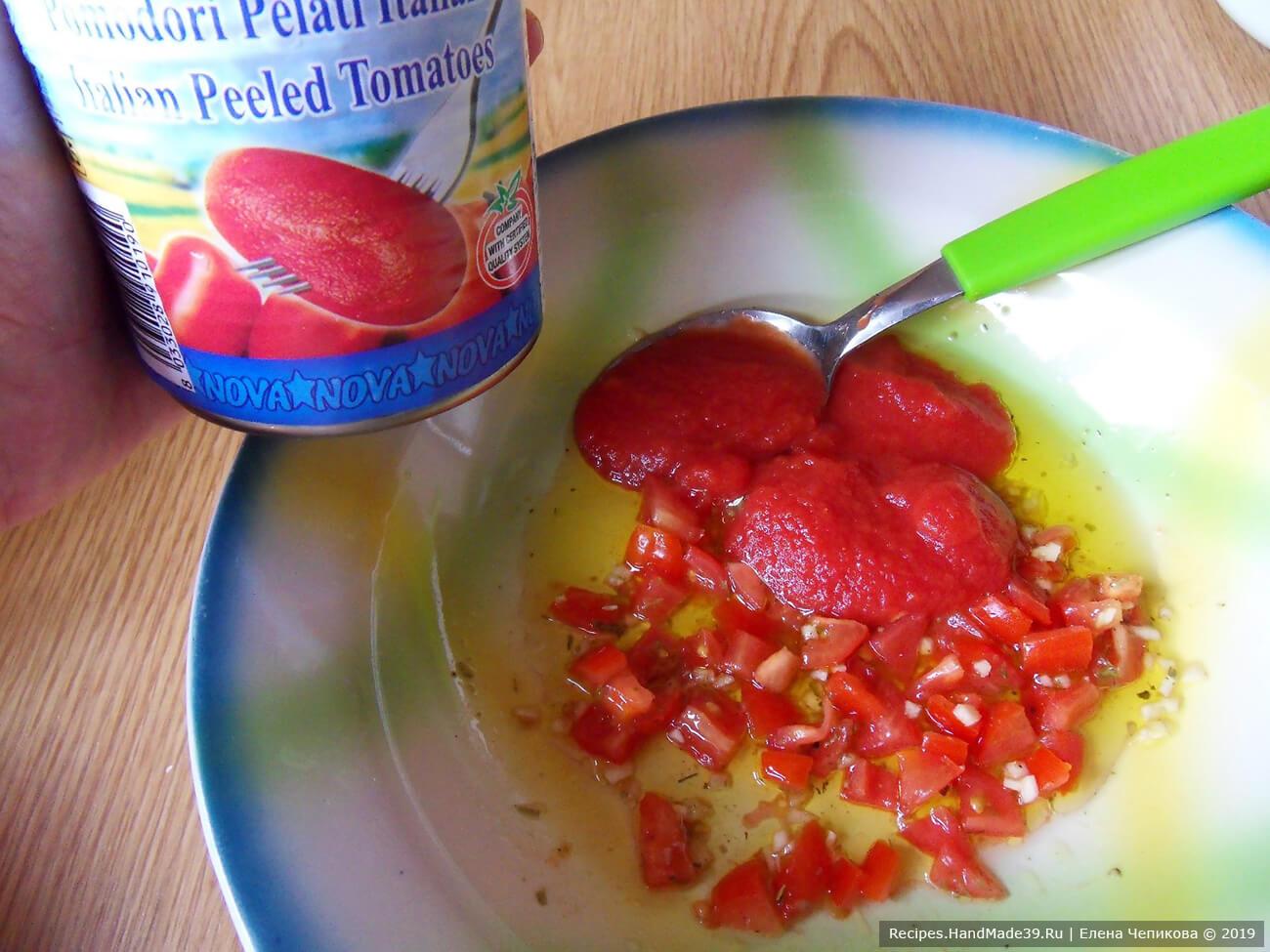Добавить 3 столовые ложки соуса от томатов в собственном соку