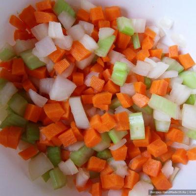 Морковь и лук мелко нарезать