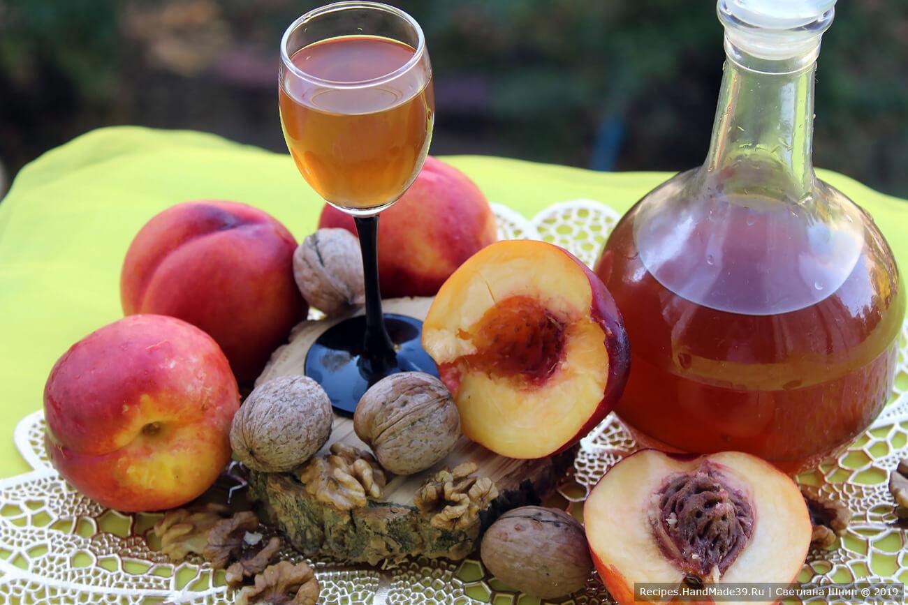 В народной медицине персиковый ликёр с перегородками грецких орехов применяют как успокаивающее средство при заболеваниях сердечно-сосудистой системы и щитовидной железы