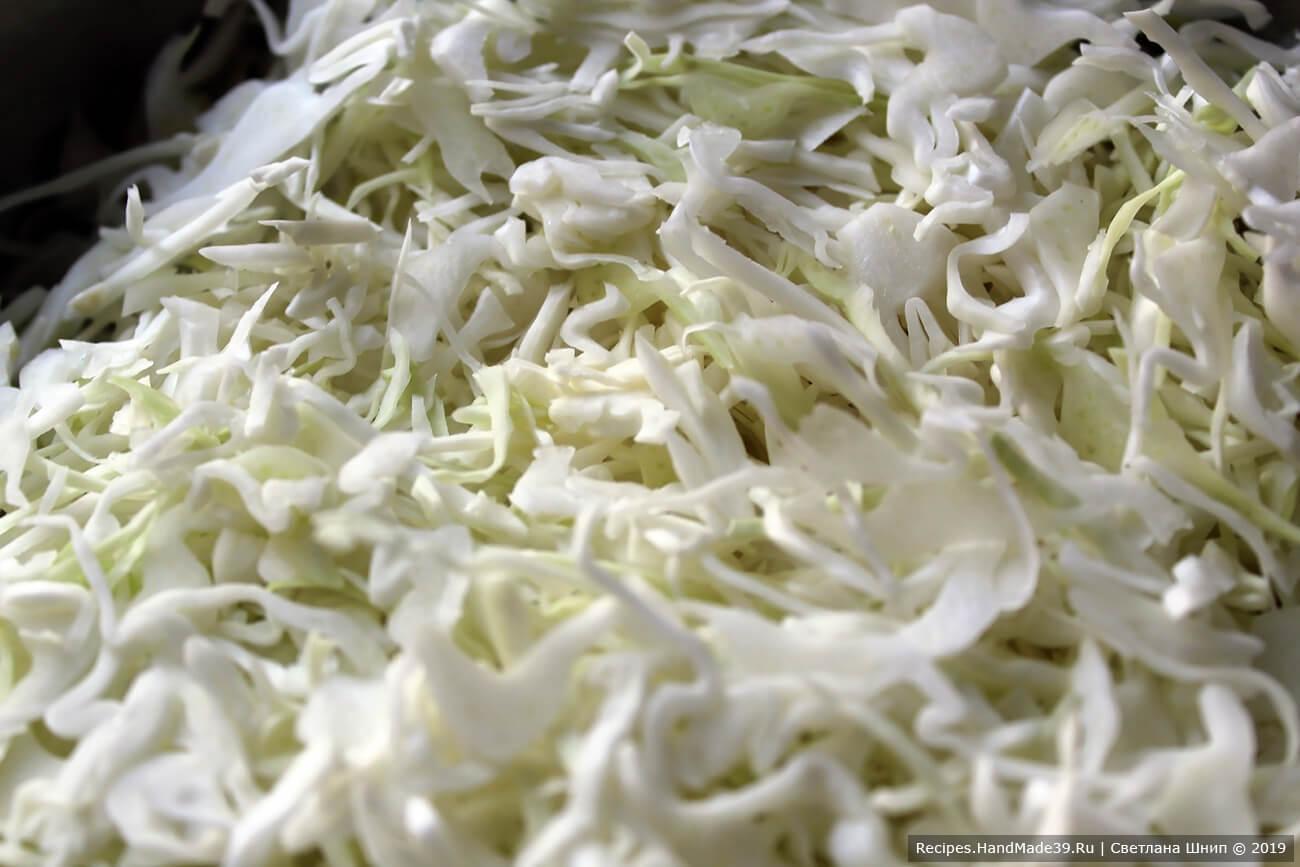 Готовим витаминный салат для похудения «Щётка»: свежую белокочанную капусту очистить от верхних листьев, вымыть, нашинковать