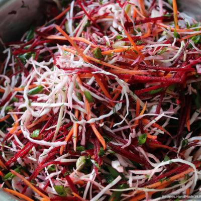 Все ингредиенты витаминного салата для похудения «Щётка» смешать в одной большой ёмкости. Полить лимонным соком