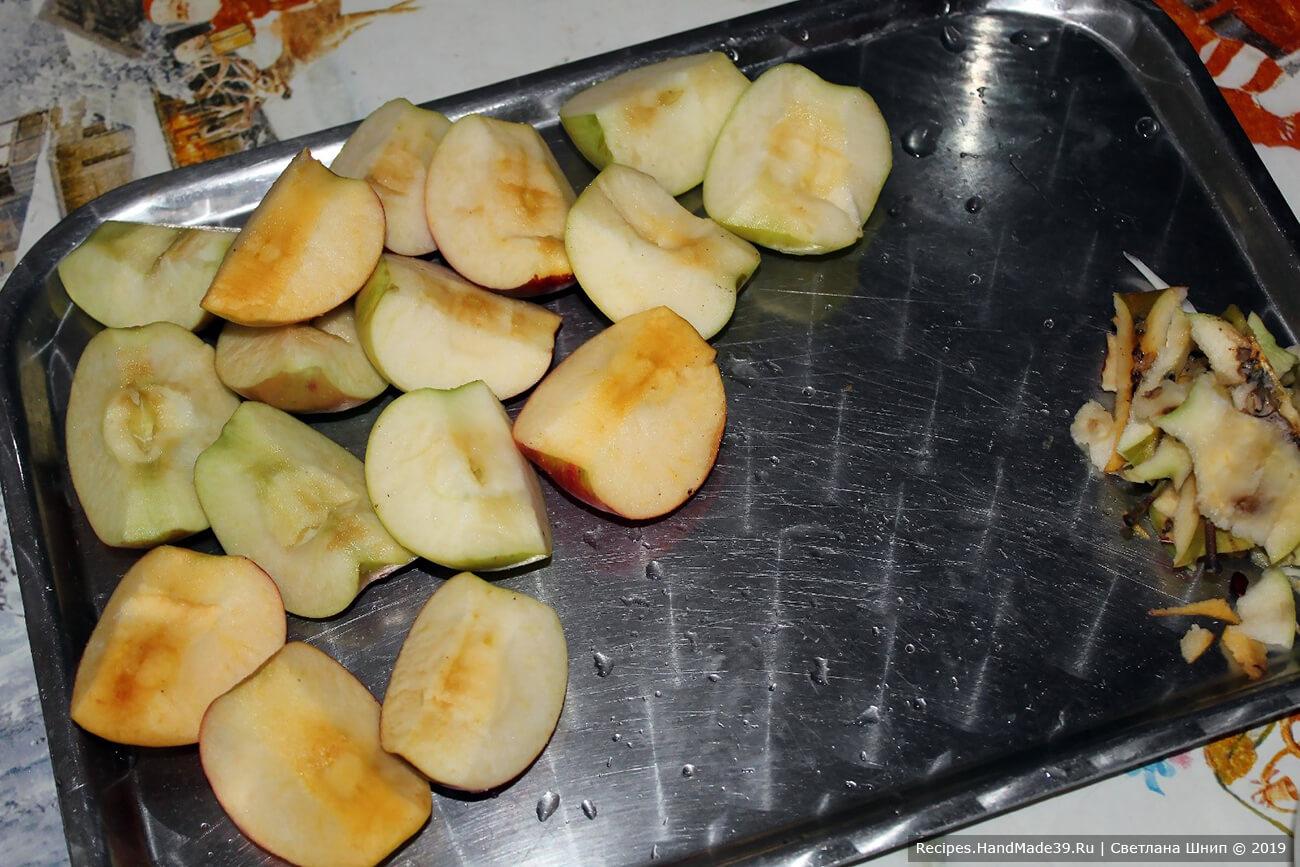 Яблоки вымыть, разрезать на 4-6 частей (в зависимости от величины яблок), удалить сердцевину и косточки