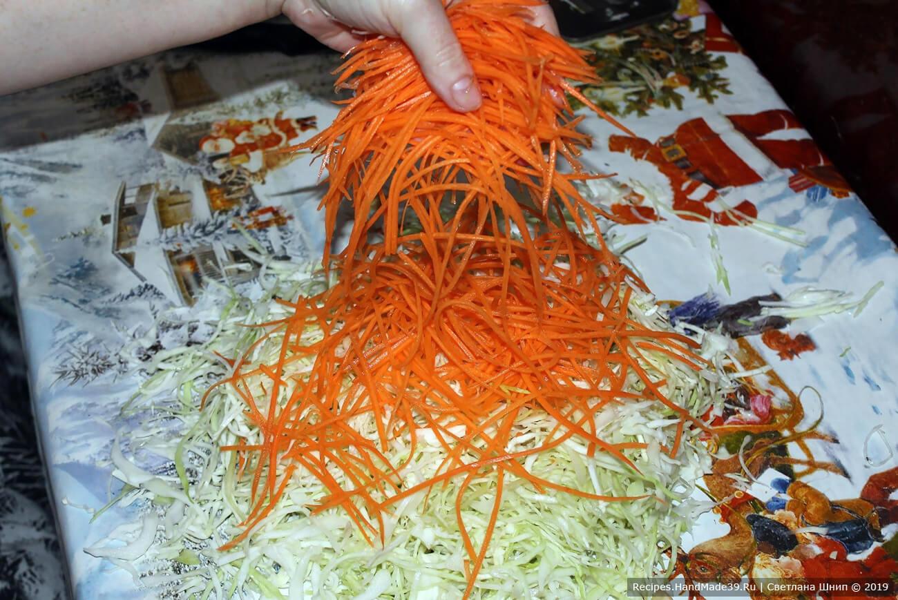 Добавить морковь. Хорошо перемешать. Пересыпать солью, добавить все специи