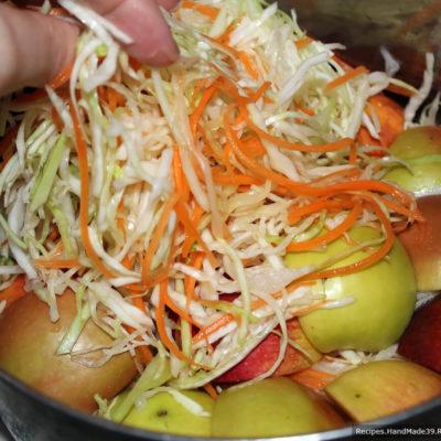 Если капуста не очень сочная, можно добавить немного кипячёной воды (так, чтобы вода прикрывала капусту)