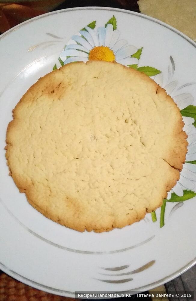 Коржи испечь в духовке, разогретой до температуры 180 °C.