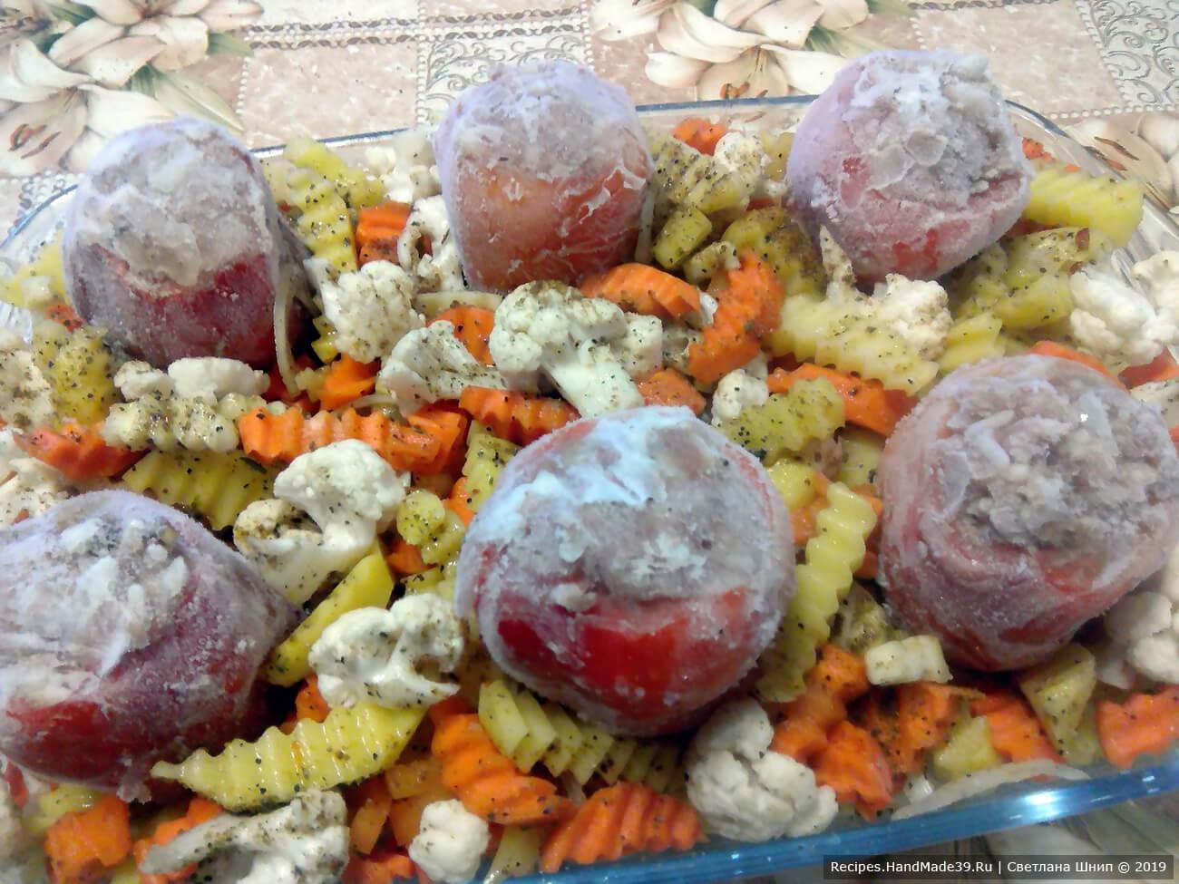 Вставить начинённые перцы между овощным ассорти