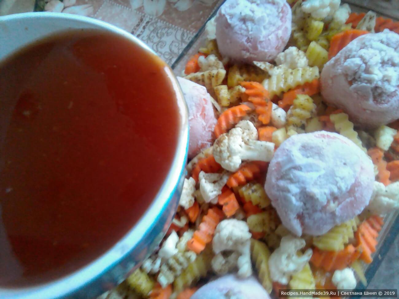 Томатную пасту развести водой, залить соусом перцы с гарниром
