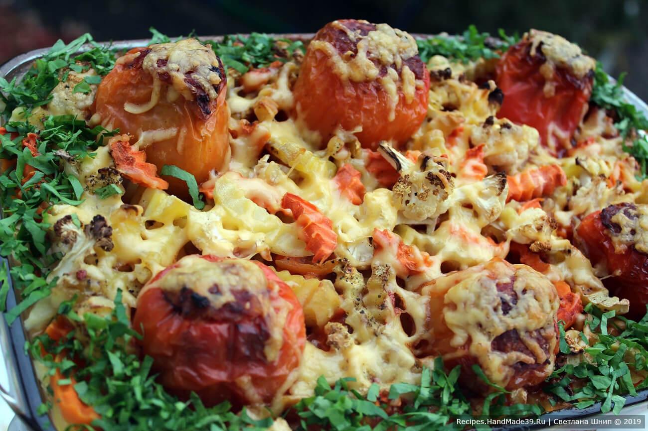 Запекать перцы на овощной подушке 50 минут в духовке, разогретой до температуры 180 °C