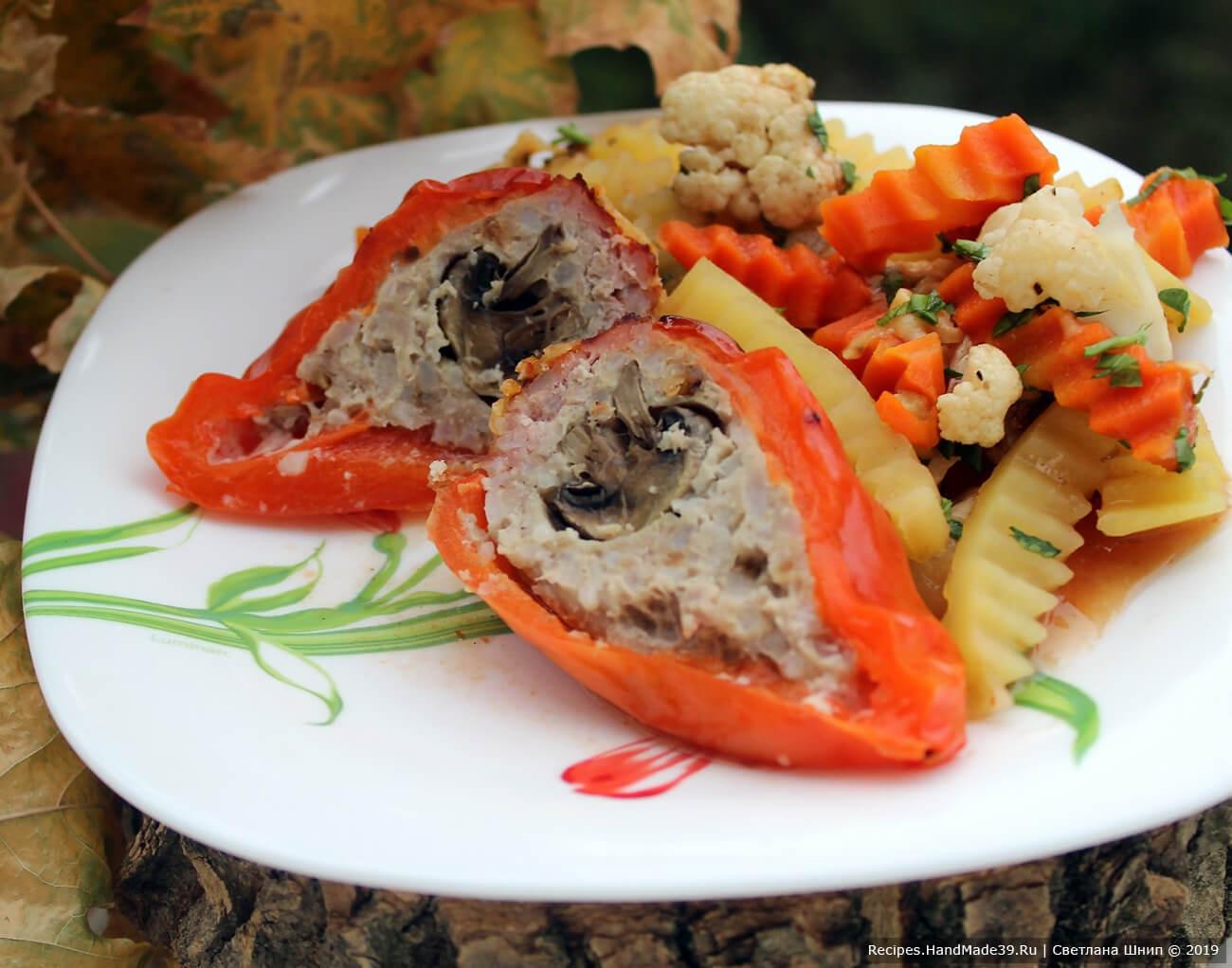 Перец, фаршированный с грибами на овощной подушке
