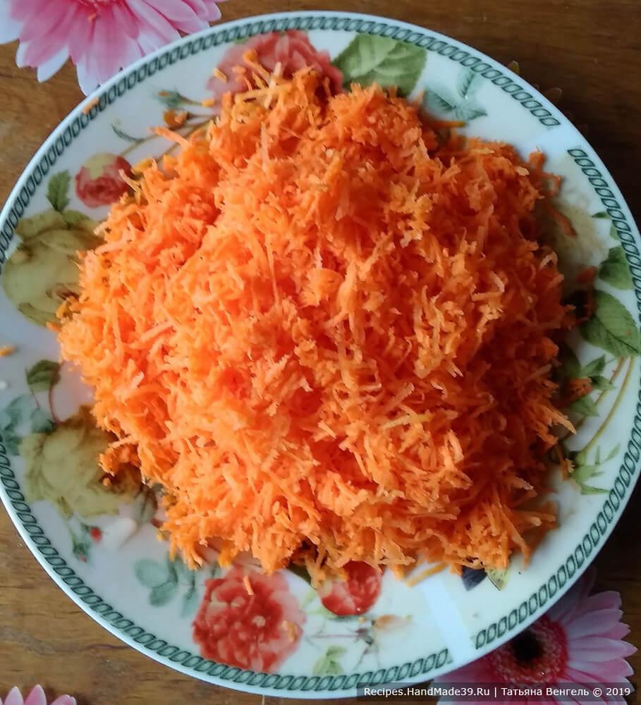 Приготовление кекса: морковь вымыть, почистить и натереть на мелкую тёрку