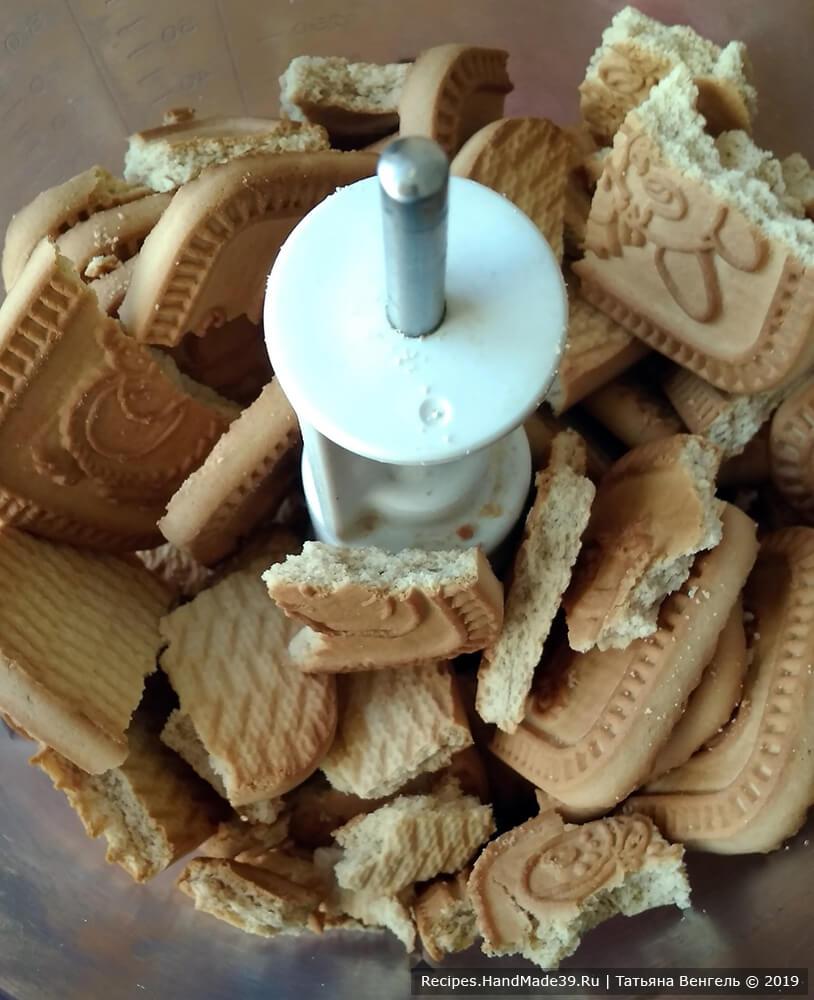 Приготовление шоколадного слоя для шоколадно-кокосового рулета «Баунти» без выпечки: печенье измельчить в кухонном комбайне