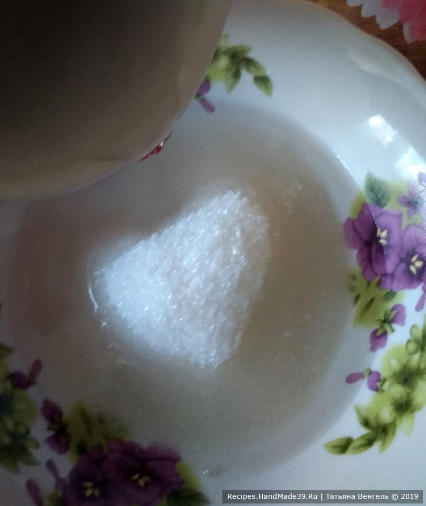 Нагреть воду (или молоко), растворить сахар