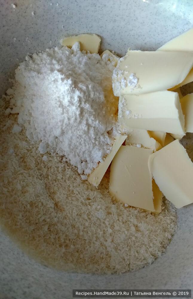 Приготовление кокосового слоя: смешать сахарную пудру, сливочное масло и кокосовую стружку