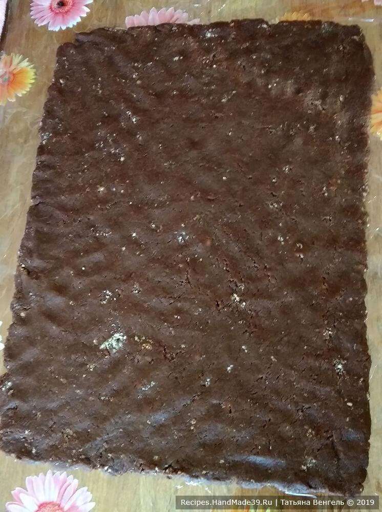 На пищевой плёнке распределить руками шоколадную массу