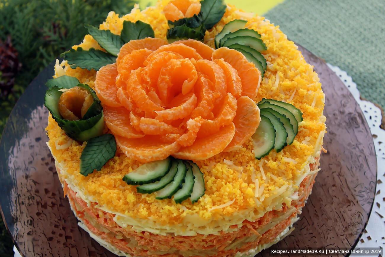 Украсить салат по своему усмотрению. Например, дольками мандарина и «листьями» из свежего огурца