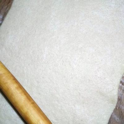 Раскатать в пласт толщиной около 4-5 мм