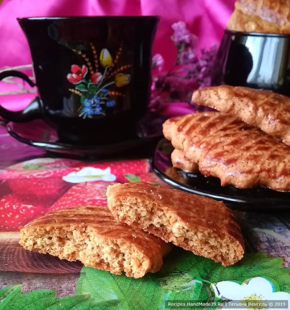 Выпекать медовое печенье около 15 минут в духовке, предварительно разогретой до температуры 180 °C