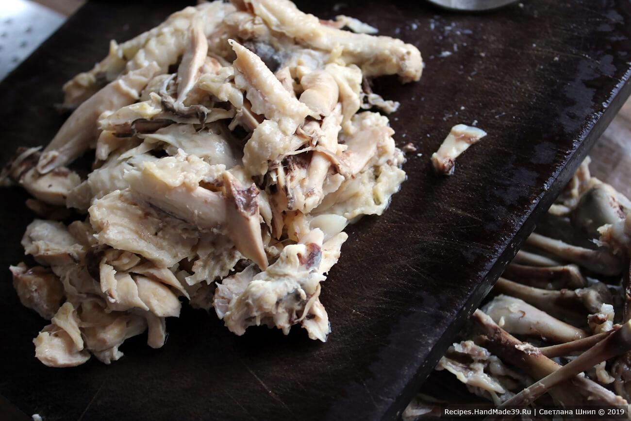 Готовое мясо вынуть из бульона, отделить от костей
