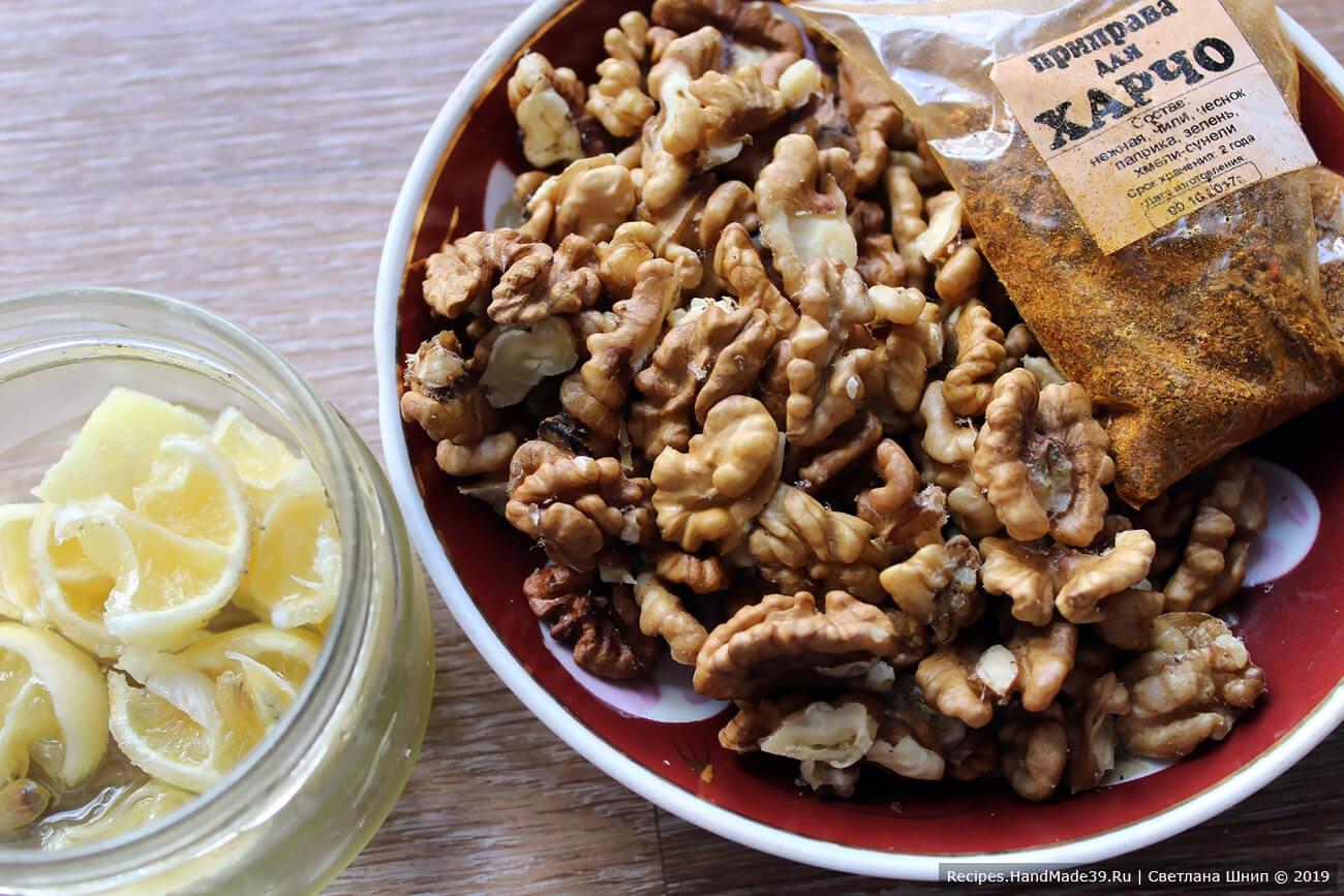 Добавить в харчо лимонный сок, грецкие орехи, специи для харчо