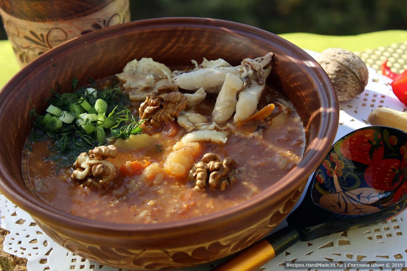 Суп харчо подавать со сметаной и зеленью
