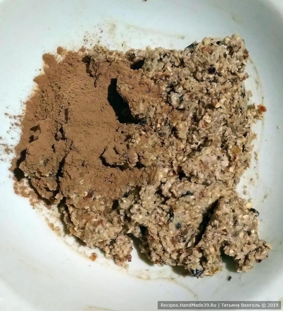В готовую массу добавить какао-порошок, хорошо перемешать