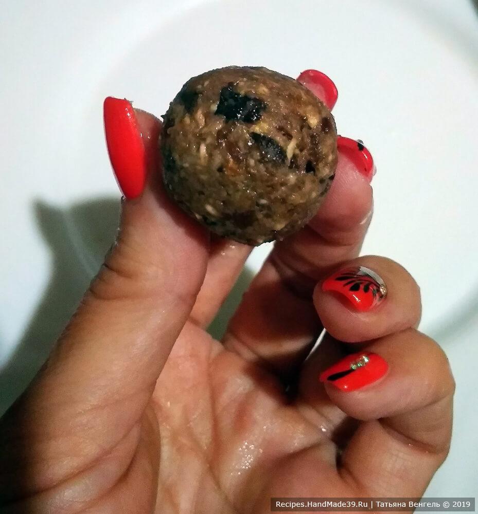 Сформировать небольшие шарики-конфетки
