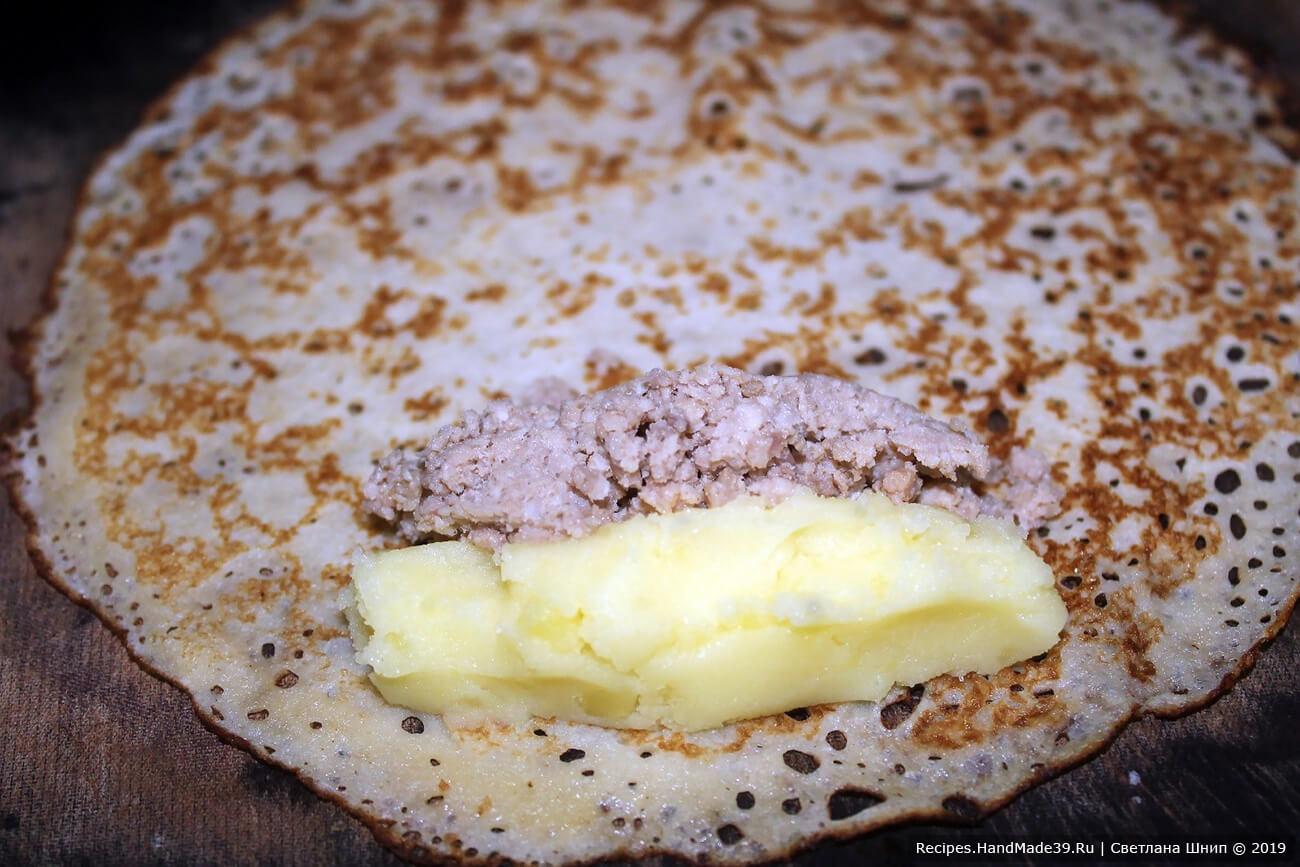 Фаршировка блинов с двойной начинкой: на развёрнутый блинчик выложить полоску картофельной начинки и рядом полоску мясной начинки