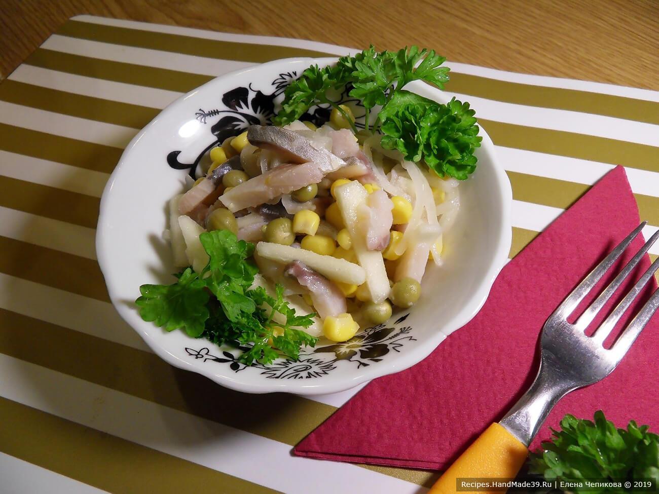 Добавить к салату маринованную яблочно-луковую смесь. Посолить, полить оливковым маслом. По желанию украсить зеленью. Приятного аппетита!