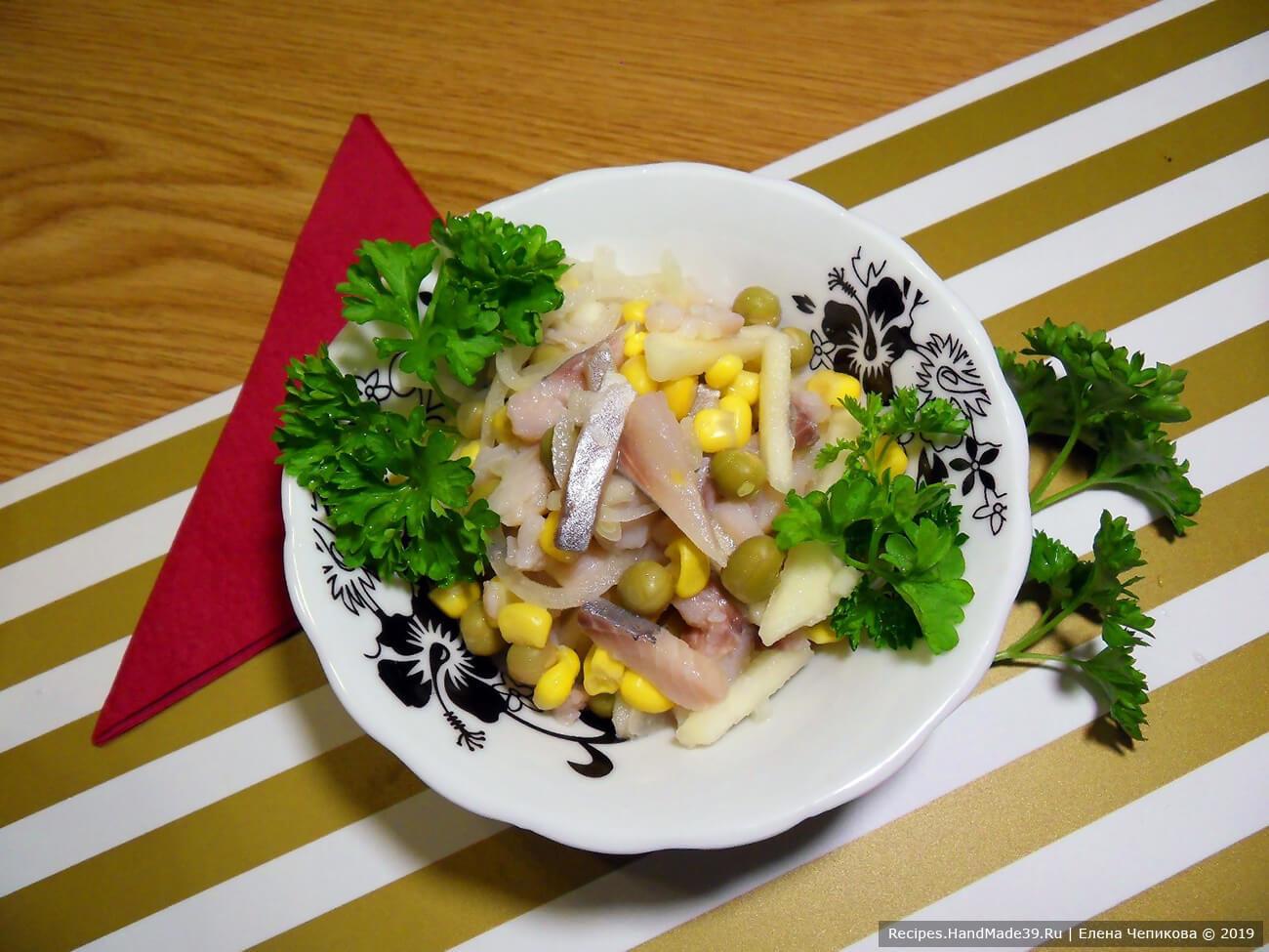 Нежный салат с сельдью, яблоком и горошком